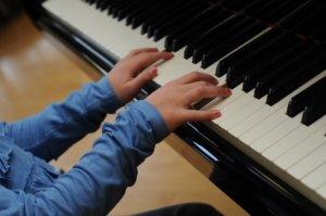 Eva's hands on the piano keys